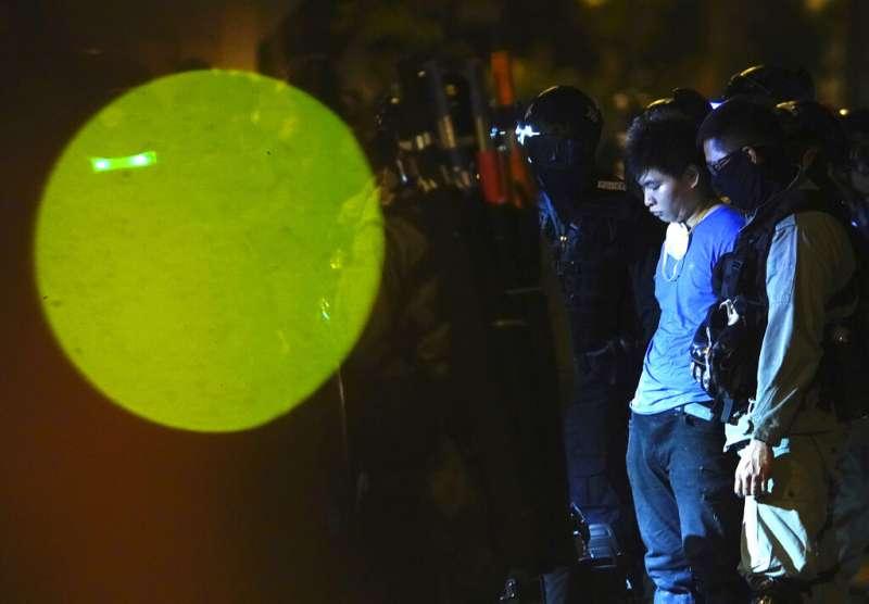 遭到香港警方逮捕的「反送中」抗爭者。(美聯社)