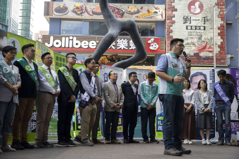 香港新一屆區議會選舉24日登場,這是「反送中」運動爆發後的首場主要選舉。香港民主派公民黨候選人拉票。(AP)