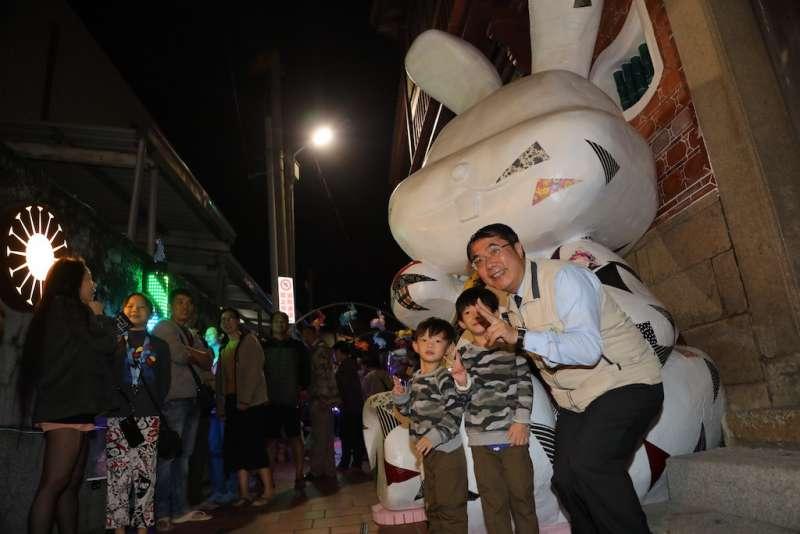 台南市長黃偉哲與民眾合影。(圖/台南市政府新聞及國際關係處提供)