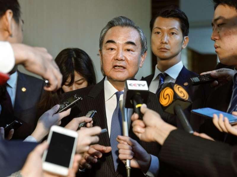 中國外交部長王毅在日本接受訪問。(美聯社)