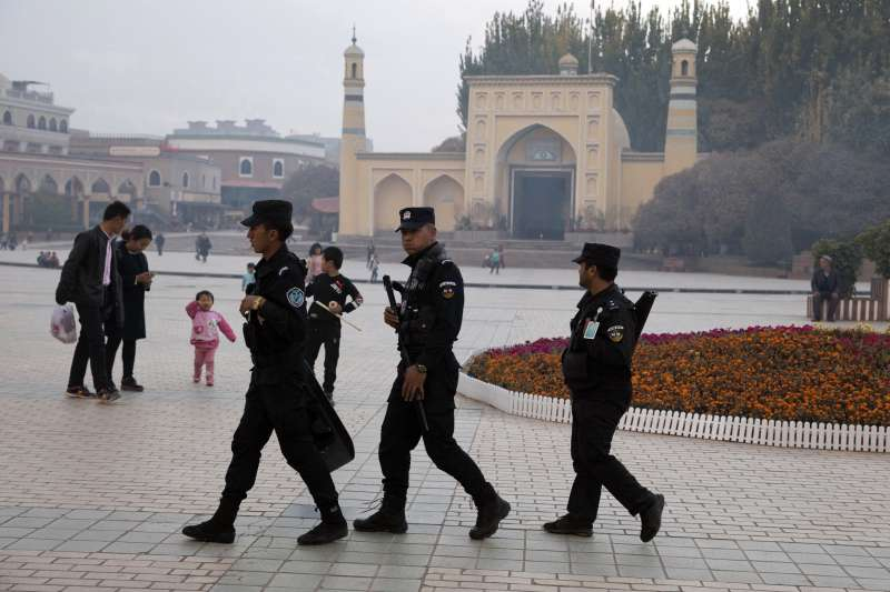 國際調查記者同盟取得中共內部機密文件,揭露新疆維吾爾人在再教育營內遭受思想灌輸及監獄式管理。(AP)