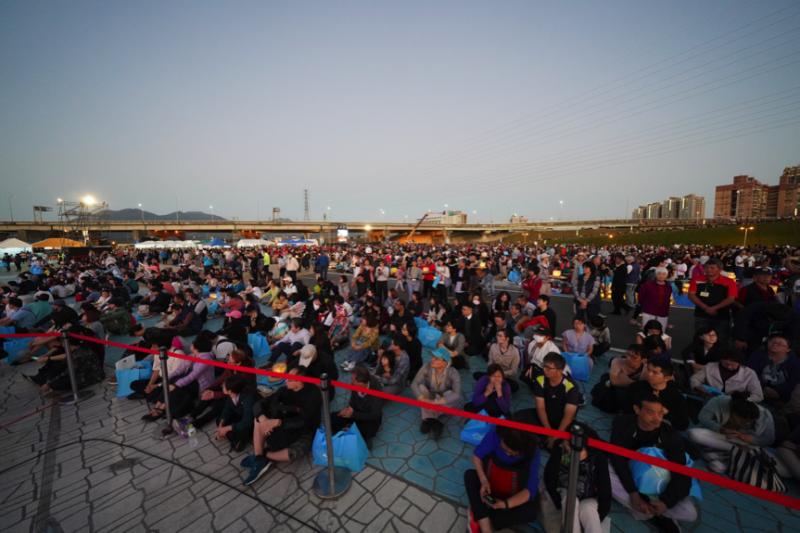 雖然人潮眾多,但活動現場充滿溫馨與祥和的氛圍,參加民眾在舒適的環境裡欣賞表演。(圖/風傳媒攝)