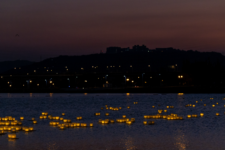 真如苑希望透過水燈儀式,啟發每個人心中的善心意念,正如水面上的水燈所激起的漣漪一般,從河川擴及海洋遍及全世界。(圖/真如苑提供)