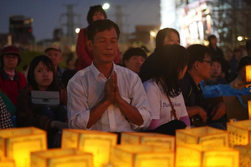 民眾在祝禱聲中,懷抱著虔誠的心祈求願望實現。(圖/風傳媒攝)