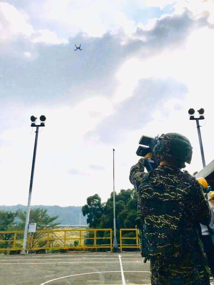 20191126-陸戰99旅以無人機干擾槍對準無人機。(取自海軍陸戰隊官方臉書)