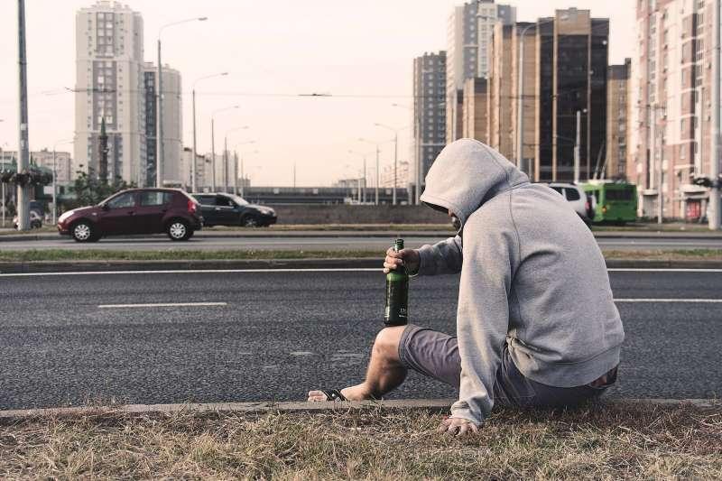 遊民、街友、喝酒(圖/pixabay)。