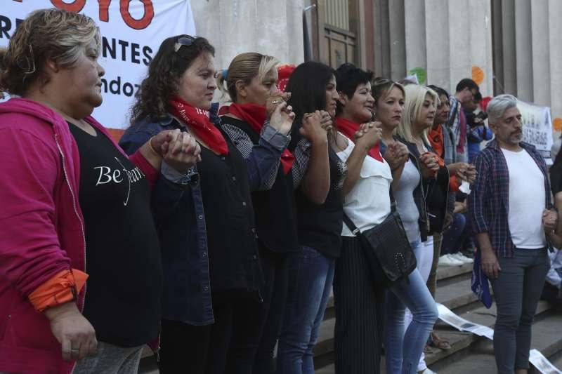 阿根廷啟聰學校性侵案:受害者母親在法院大門外集結。(AP)
