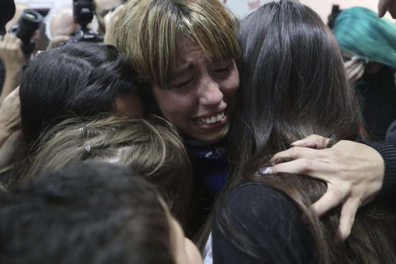阿根廷啟聰學校性侵案:2名神父遭法院判刑逾40年,受害者聞訊激動擁抱。(AP)