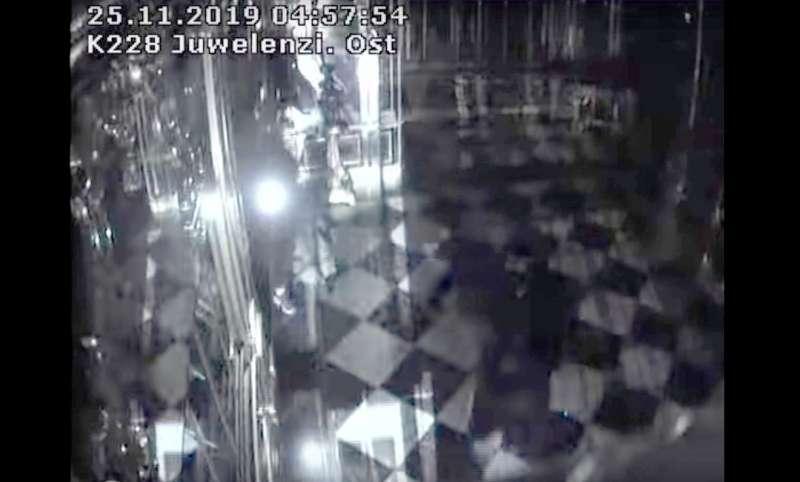 德國東部德勒斯登的綠穹珍寶館25日清晨遭到竊賊入侵,上百件珍貴藏品遭盜(美聯社)