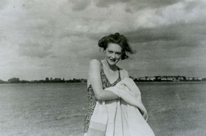 馬丁虛構的女友帕姆(Pam)的照片。(圖/維基百科)