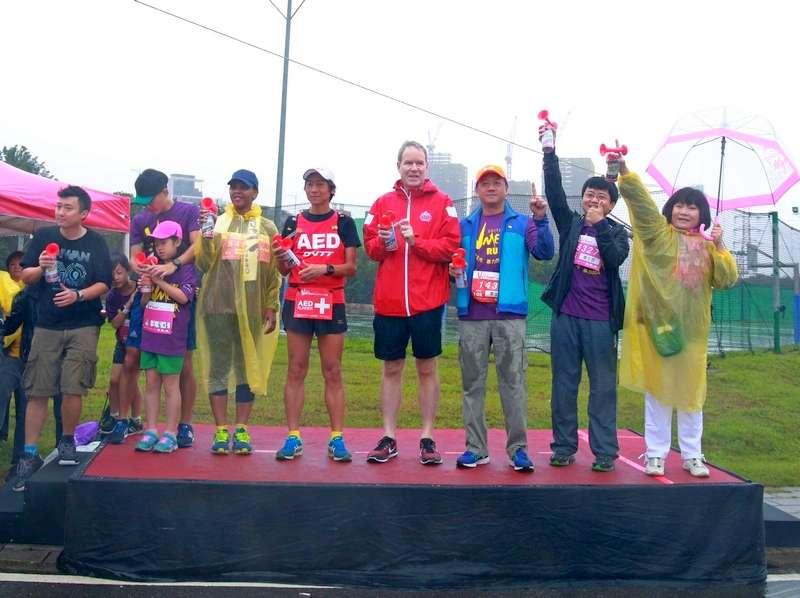 2017年勵馨路跑,王冠翔(左2)帶女兒、兒子共襄盛舉。照片來源-勵馨基金會網站