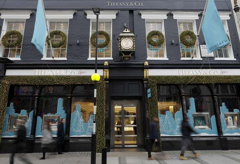 路威酩軒(LVMH)集團收購百年珠寶品牌蒂芙尼(Tiffany),圖為倫敦某間Tiffany門市。(AP)