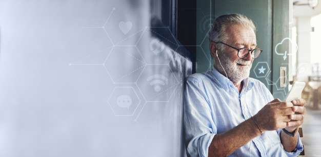健康照護產業在數據及AI人工智慧的導入,將建構實體+虛擬的「虛實整合」服務型態或數位互動。(圖/Freepik)