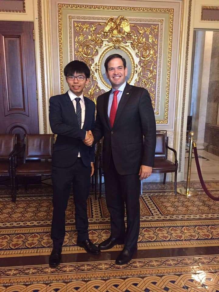黃之鋒與美國參議員魯比歐。(翻攝黃之鋒臉書)