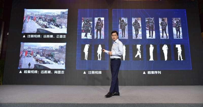 中國人工智慧研發企業「銀河水滴」(Watrix)執行長黃永禎介紹最新的「步態識別」系統。(取自銀河水滴官網)