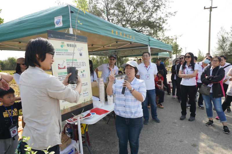 台中東勢林區管理處人員細心指導植苗種植方式。(圖/風傳媒攝)