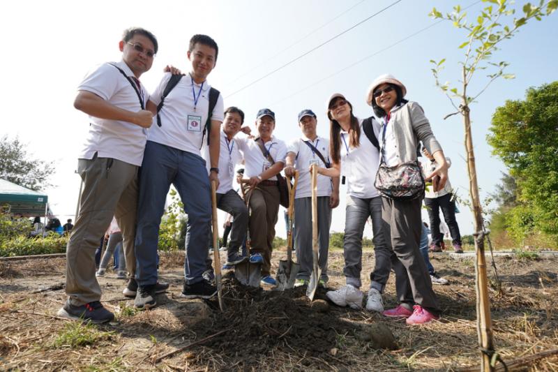 安斯泰來員工同心協力,一同為土地貢獻心力。(圖/風傳媒攝)