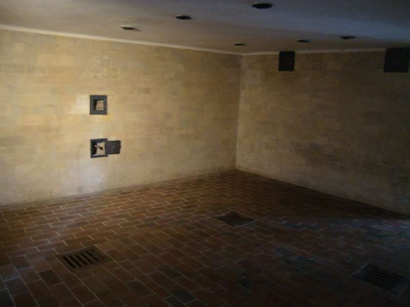 毒氣室──氰化物就從牆上的那個小洞放進來(圖/鱸魚)