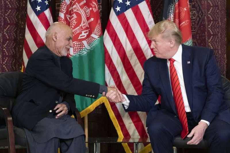 美國總統川普28日忽然突然造訪阿富汗,會晤阿富汗總統賈尼(左)(美聯社)