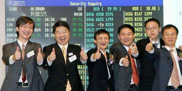 2007年11月,馬雲與同事興奮的在港交所報價螢幕前合影(圖片來源:cnbeta)