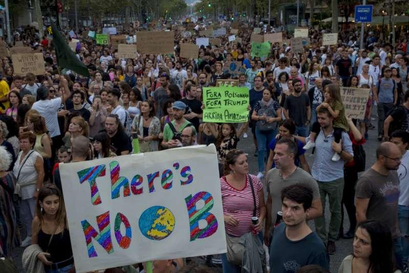 西班牙巴塞隆納27日氣候示威遊行,呼籲各國政府做出更多氣候行動。(AP)