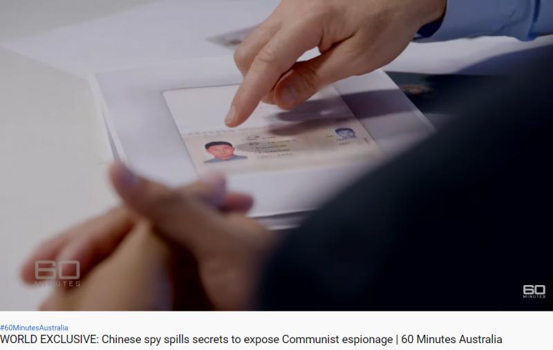 〈60分鐘〉報導的18分38秒到19分01秒,記者指著名字印為「王強」的護照並問王立強:「這不是你的名字,對吧?」王立強回答:「不是。」(截自60 Minutes Australia Youtube)