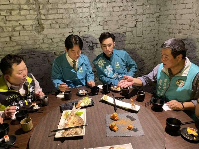 20191129-民進黨副總統候選人賴清德的輔選行程中,有許多與立委候選人美食直播、品嚐在地小吃的畫面,儼然從「賴神」變成「食神」。(蔡沐霖團隊提供)