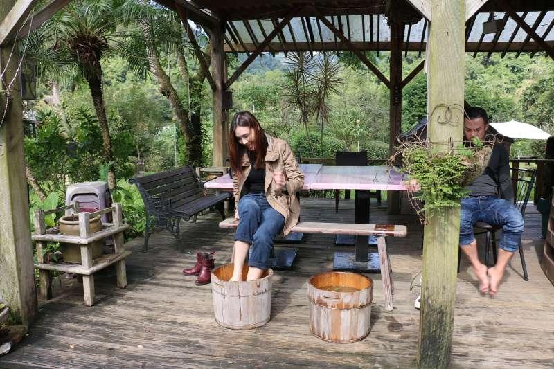 到三才靈芝農場可體驗香草泡腳樂,在森林芬多精中舒緩疲憊的身心。  (圖/李梅瑛攝)