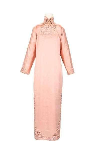 粉橘緞地鑲鑽花邊長袖裌祺袍。(圖/國家文化記憶庫)