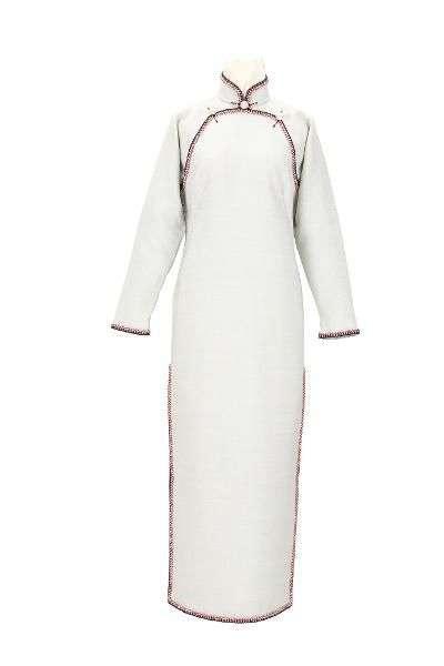 淺藍地毛料織帶飾邊長袖裌祺袍。(圖/國家文化記憶庫)