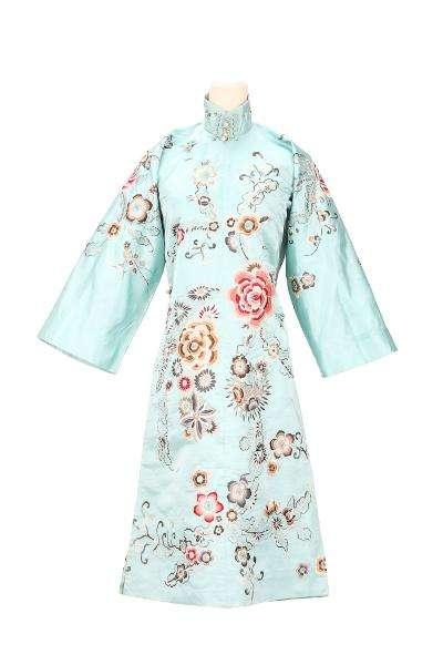 淺藍緞地刺繡花卉長袖裌祺袍。(圖/國家文化記憶庫)