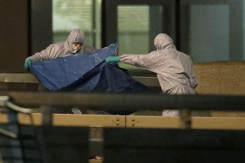 2019年11月29日,倫敦橋發生恐怖攻擊案,圖為醫護人員處理死者遺體。(AP)
