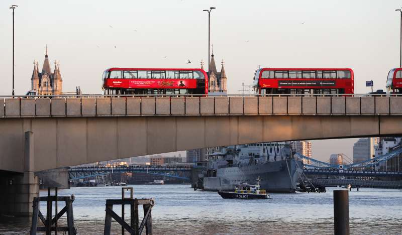 2019年11月29日,倫敦橋發生持刀殺人的恐怖攻擊案,警方封鎖大橋。(AP)