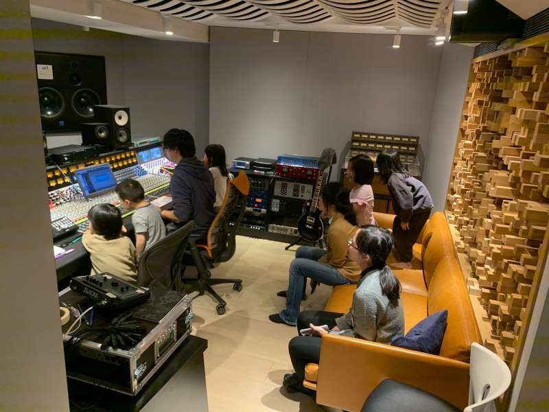 20191202-總統蔡英文競選連任再推出新的競選歌曲,由台語搖滾樂團「滅火器」製作演唱。這首歌的錄製也將結合許多小朋友的聲音。(蔡競辦提供)