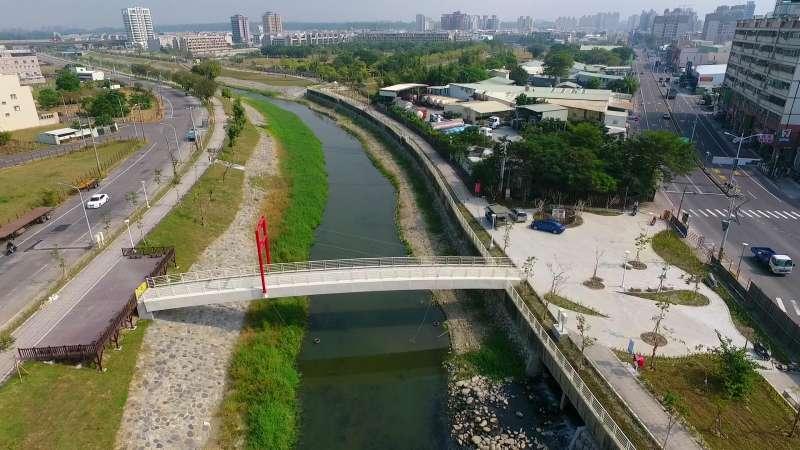 沿線設置人行景觀橋1座、親水步道、景觀節點,可提供市民一處良好休閒遊憩場所。(圖/水利局提供)