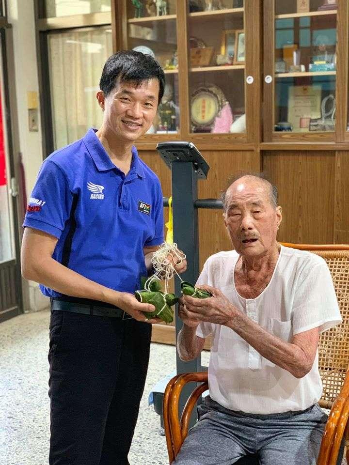李佳芬弟弟李明哲與父親李日貴。(李明哲臉書)