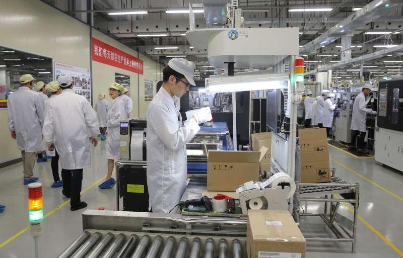 中美貿易戰,華為手機生產線。(資料照,美聯社)