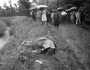太宰治投河後被發現的的遺體。(圖/維基百科)