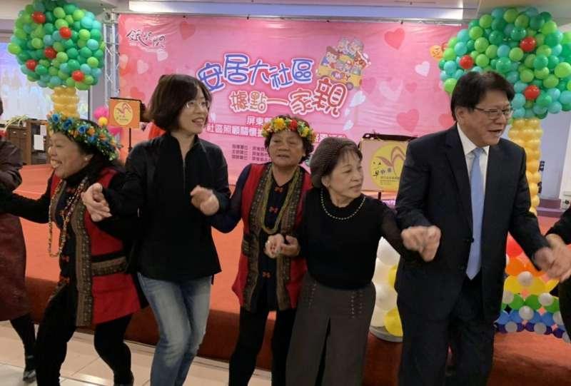 志工熱情邀縣長潘孟安(右一)一同歡樂共舞,現場掌聲、笑聲不絕。(圖/屏東縣政府提供)