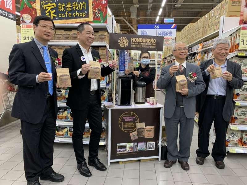 台糖與家樂福合作之新屏店開幕,現場提供消者者免費品嘗來自友邦宏都拉斯的精品咖啡。(圖/徐炳文攝)