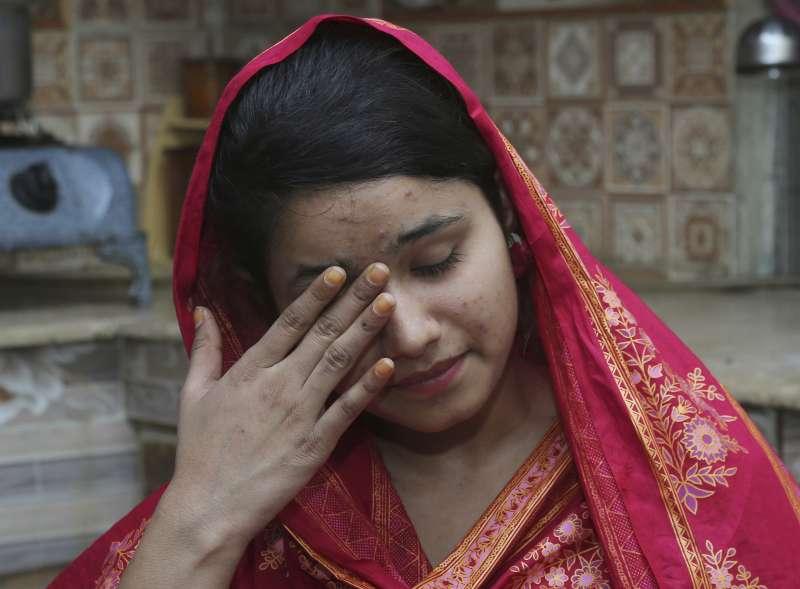 5月11日,中國籍人口販子被巴基斯坦聯邦調查局帶至法庭的路上,以雙手遮掩臉面。
