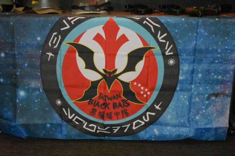 在星際大戰九部曲即將上映的這一刻,台灣的星戰迷為了應景,將中華民國空軍第34中隊,即「黑蝙蝠中隊」的標誌與反抗軍旗幟結合在一起,毫無違和的展現出當年國軍將士拱衛復興基地的反抗軍精神。(許劍虹提供)