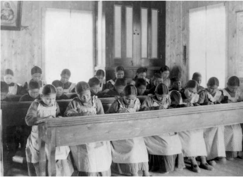 加拿大原住民寄宿學校裡,孩童遭到虐待、體罰、毆打、性侵等情事層出不窮(Wikipedia/Public Domain)
