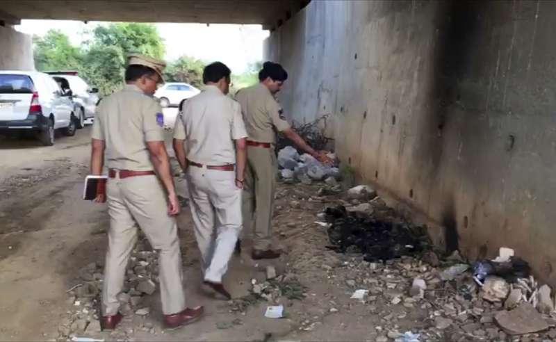 印度26歲女獸醫芮迪遭4名男子性侵並放火殺害,警方指出犯案現場。(AP)