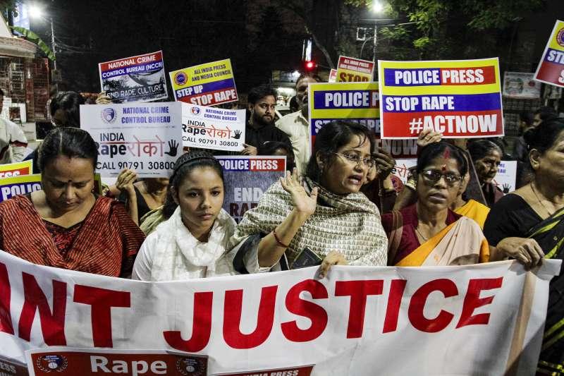 印度26歲女獸醫芮迪遭4名男子性侵並放火殺害,警方還拖延受理案件,引發大規模示威抗議。(AP)