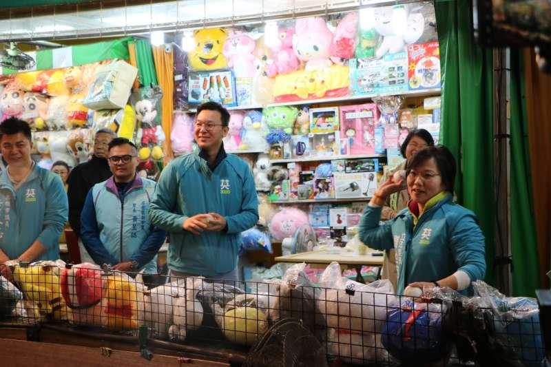 林飛帆(前排左三)與劉世芳(前排右)接受攤商的小遊戲挑戰,採三戰兩勝制。(圖/徐炳文攝)