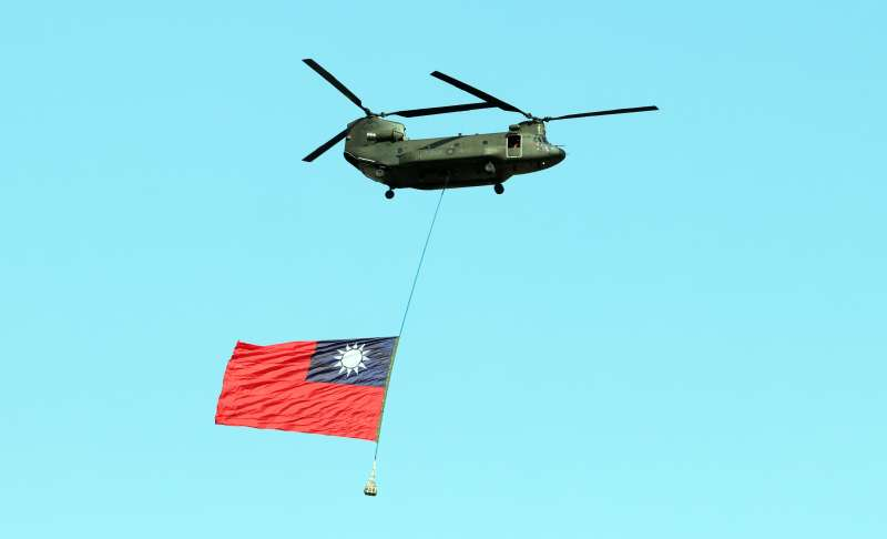 20191206-陸航還有一款有雙旋翼的運輸直升機CH-47SD契努克,負責特戰部隊兵力運輸、火砲掛載等任務;今年國慶大會期間,陸航兩架CH-47SD吊掛巨幅國旗通過府前上空,令人印象深刻。(蘇仲泓攝)