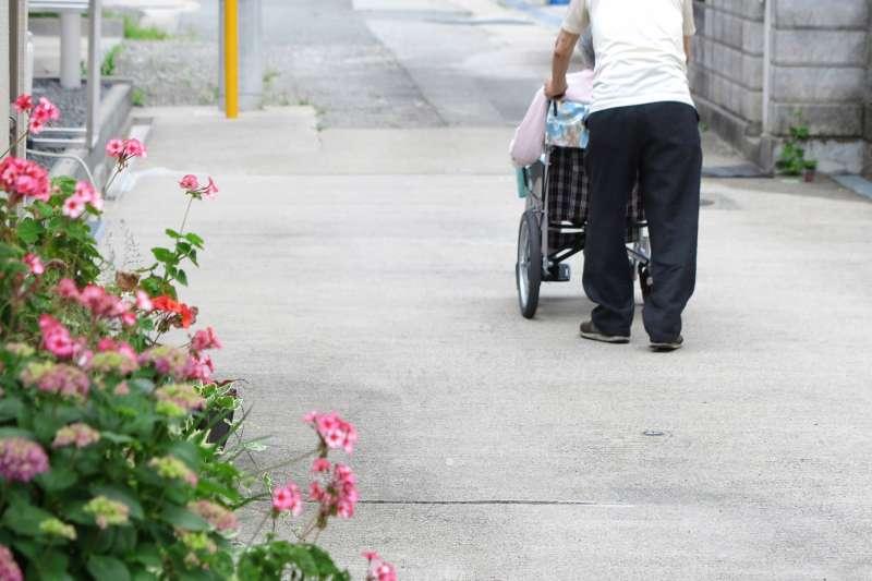 老人 孝順 常照 輪椅 病人(示意圖/mint@photoAC)