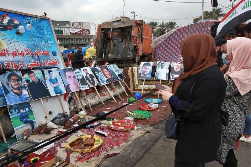 伊拉克示威,近400為示威者遭殘酷鎮壓而死,民眾在死者遺照前哀悼。(AP)