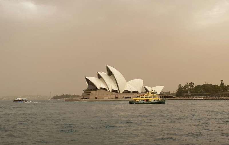 澳洲雪梨附近野火持續延燒,空氣中充滿煙霧(美聯社)